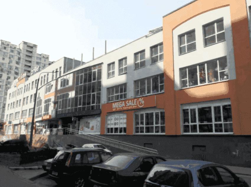 Торгово-офисный центр на проспекте Петра Григоренко реконструируют