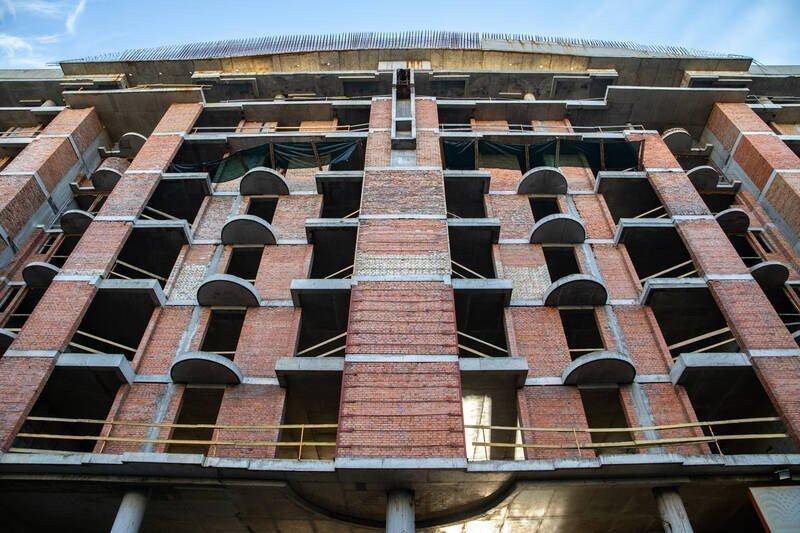 У недобудові на вулиці Олеся Гончара демонтують зайві поверхи картинка