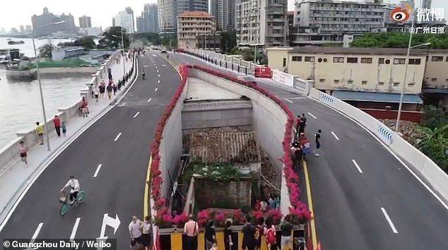 В Китае построили автостраду вокруг дома картинка