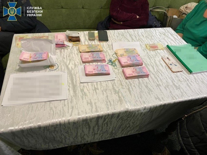 Картинка: Должностных лиц Госгеокадастра Киевской схватили при получении взятки