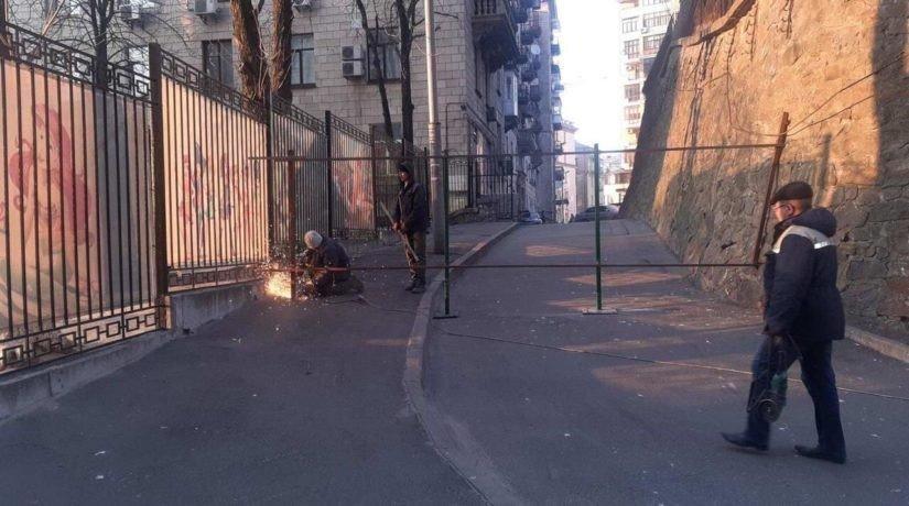 Картинка: в центре Киева улицу перекрыли забором
