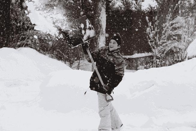 Как справиться со снегом и льдом на личном участке Фото