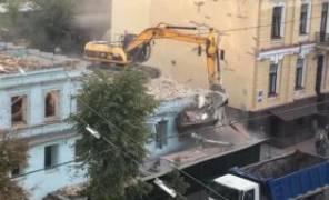 Застройщик без согласования снес здание в центре картинка