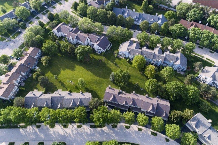 Чому вигідніше купувати заміський будинок в котеджному містечку?